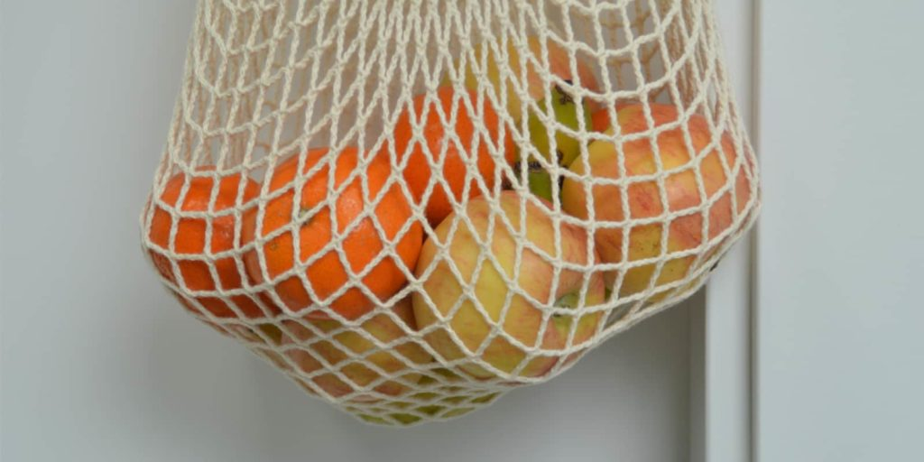 Bolsa de malla con frutas