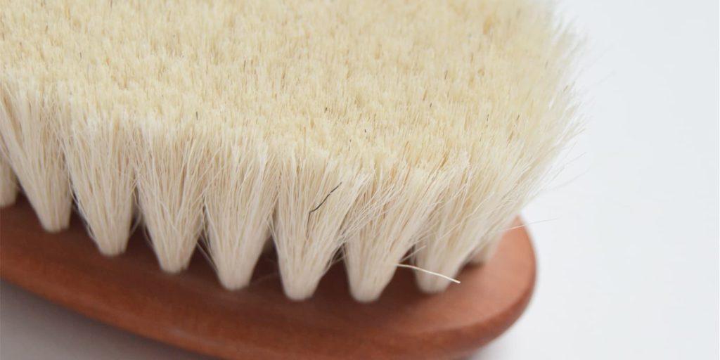 Detalle del cepillo de pelo extra suave para bebé