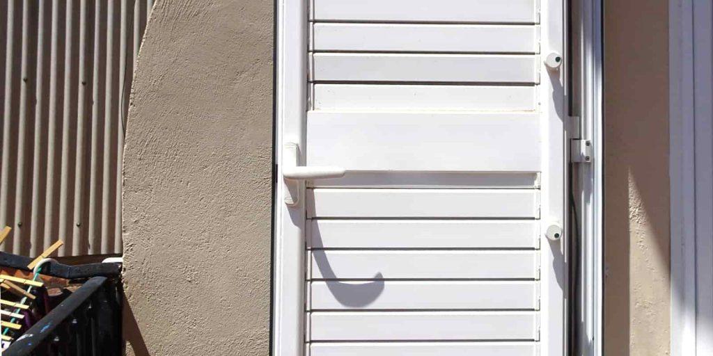 Baja persianas con el sol
