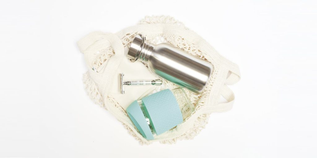 Productos Zero Waste sin plástico, botella, vaso, maquinilla y bolsa