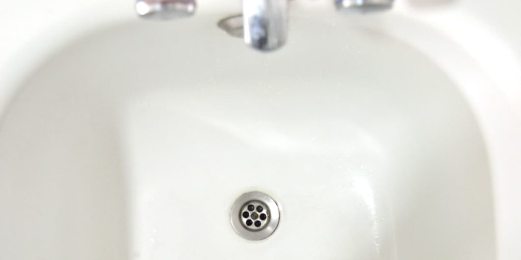 Imagen cenital de pica de lavabo ya desatascada
